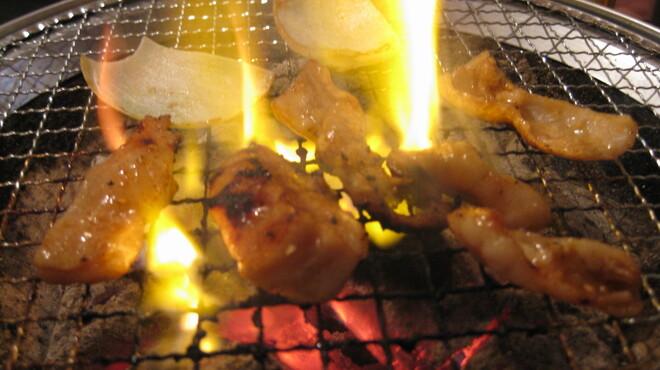 綾屋 - 料理写真:七輪で焼いたお肉はビールとの相性ピッタリ