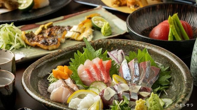 三代目とも - 料理写真:店主自ら地元の市場を数軒巡り、目利きして仕入れる旬の鮮魚