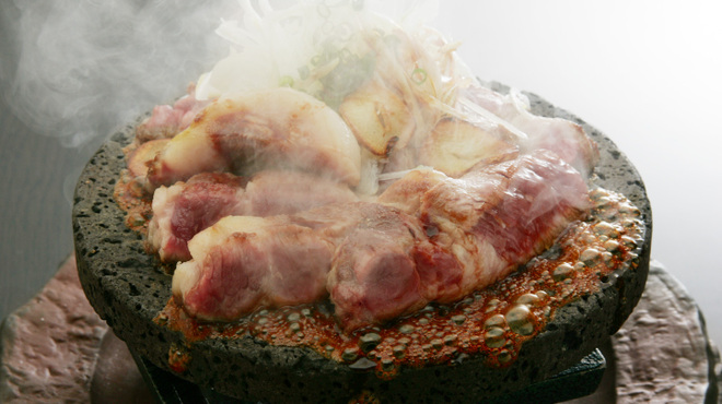 横浜風しゃぶしゃぶ鍋と焼酎・地酒居酒屋 甕仙人 関内蔵 - 料理写真:桜島の熔岩を使った豪快な「熔岩焼き」は、豚や牛や鶏など日替わりで色々と提供いたします!
