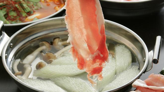 横浜風しゃぶしゃぶ鍋と焼酎・地酒居酒屋 甕仙人 関内蔵 - 料理写真:薄すぎる?極限のスライスが美味しさの秘訣です!味わえば納得されること間違いなし!