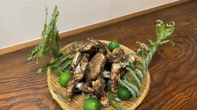 一瞬 - 料理写真:松茸土瓶蒸しや天ぷら等秋を感じましょう