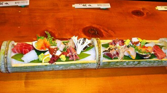 日本料理 岩戸 - 料理写真:毎朝築地から仕入れる天然ものを豪華に刺身にした一品。