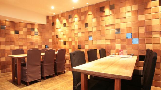 幸喜屋 - 内観写真:【2F フロア奥】 他のテーブルよりも奥まった場所の空間。半個室のようなスペースです。