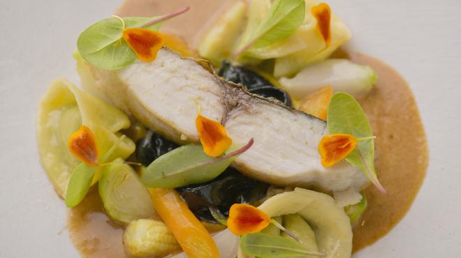 フランス料理 サンク - 料理写真:鰆。ミディアムレアにしっとりと焼き上げます