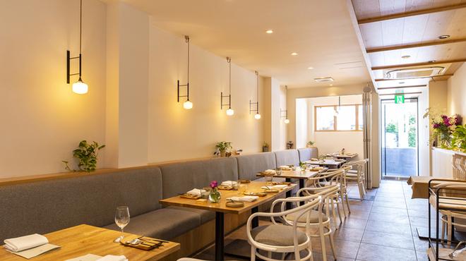 フランス料理 サンク - 内観写真:木の温かみのある店内です