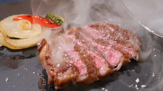 燻製沖縄料理 かびら亭 - 料理写真:石垣牛 肩ロース芯 瞬間燻製レアステーキ