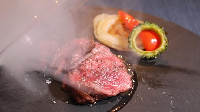 燻製沖縄料理 かびら亭 - 料理写真:石垣産和牛 希少部位サガリ瞬間燻製レアステーキ