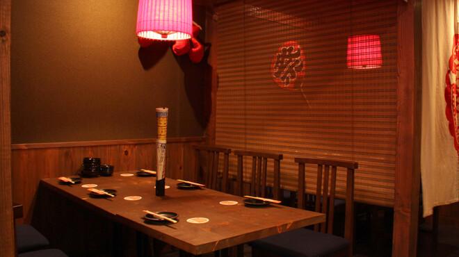 水道橋 鳥福 - 内観写真:のれんで仕切った半個室