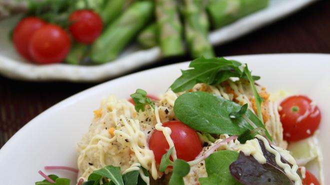 下町ホルモン 十三 まるたけ - 料理写真:ポテトサラダと新鮮野菜アスパラ