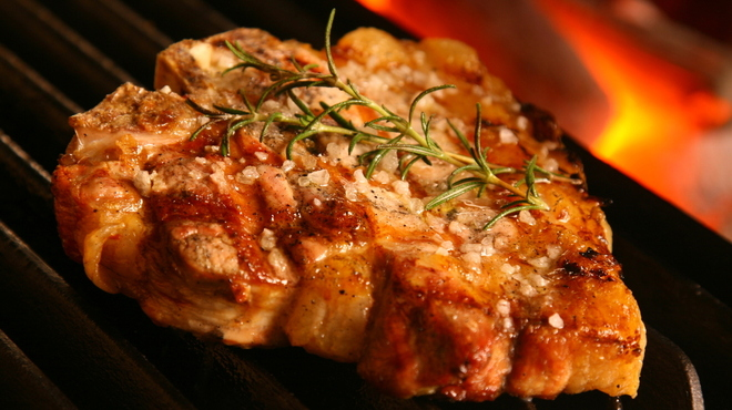 ジリオ - 料理写真:炭火で豪快に焼き上げる白金豚Tボーンステーキ