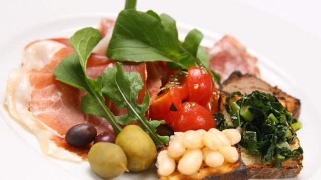 ジリオ - 料理写真:中部イタリアが誇る生ハムやサラミをワインと共に・・・