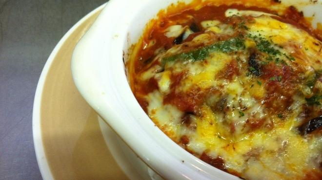 てぃーだ - 料理写真:とろーりチーズのトマト煮込みハンバーグ