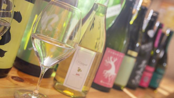 鶏ネバーランド  - ドリンク写真:日本酒をワイングラスで