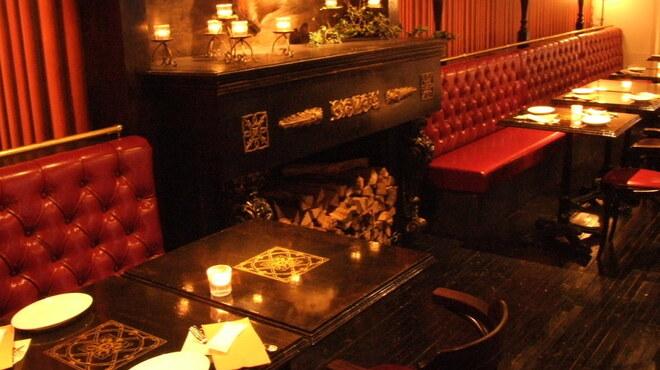 ル コンテ - 内観写真:パリのカフェを思わせる赤いベンチソファー
