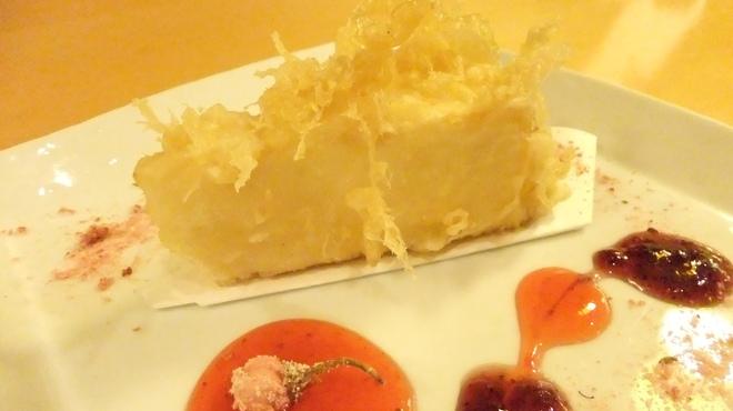 居酒屋 酒神 三代目 - 料理写真:チーズケーキの天ぷら☆桜の塩漬けを少しつけて召し上がって頂くと大変美味しいです。