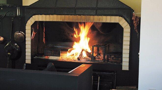 ターシャ - 内観写真:日本最大級の調理暖炉です。主に山桜の薪を燃やしています。