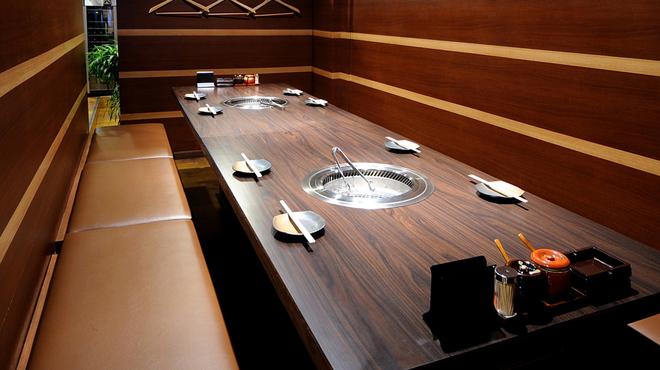 板前焼肉 一笑 - 内観写真:半個室テーブル席、最大10名様まで小宴会OKです。