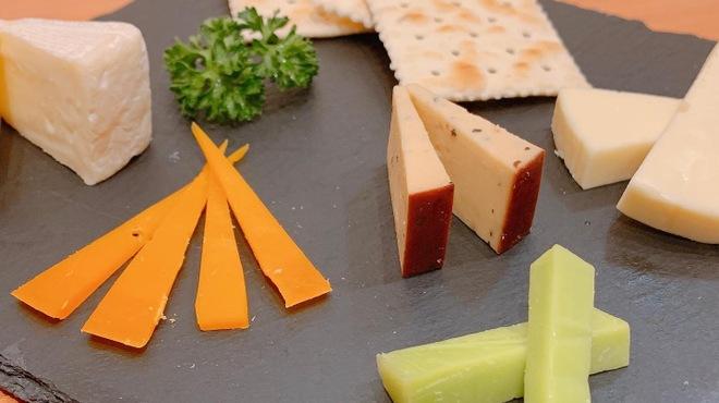 餃子バル宮川 - 料理写真:ワインにはこれ!『チーズ盛り合わせ』