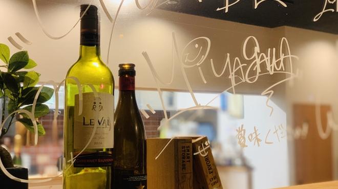 餃子バル宮川 - ドリンク写真:お好みのボトルワインをご堪能ください♪