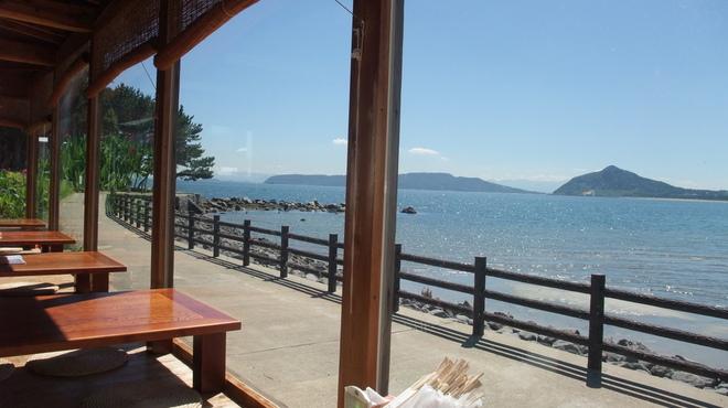魚庄 - 外観写真:お席からは、180度海、海。