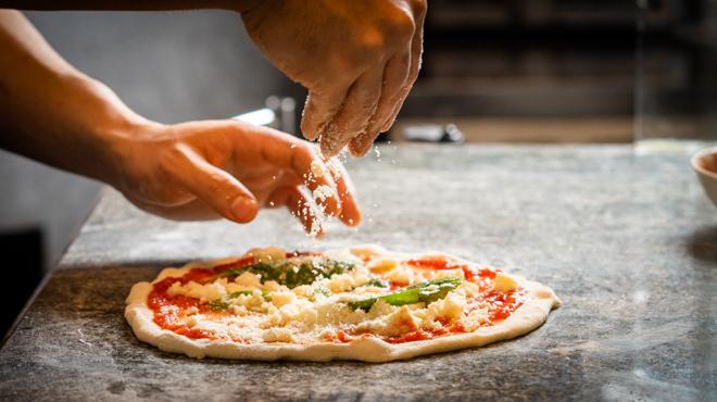 GINA - メイン写真:ピザ調理シーン