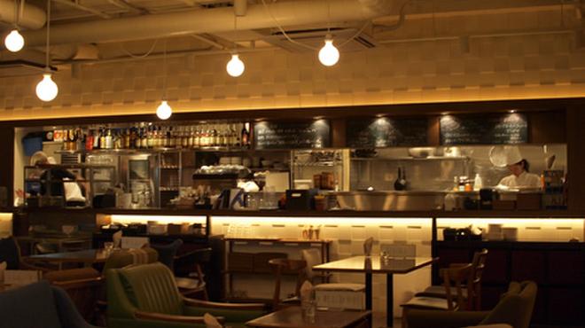鎌倉bowls - 内観写真:店内にはオープンキッチン。ソファ席でゆったりとおくつろぎいただけます。子ども連れでも安心!