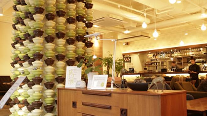 """鎌倉bowls - 内観写真:ボウルズの目印は、若宮大路からも見える、この""""どんぶりタワー"""""""