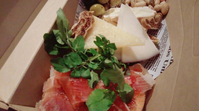 タパスマニア - 料理写真:スペイン産生ハムとチーズ、オリーブの盛り合わせもテイクアウト可能です。