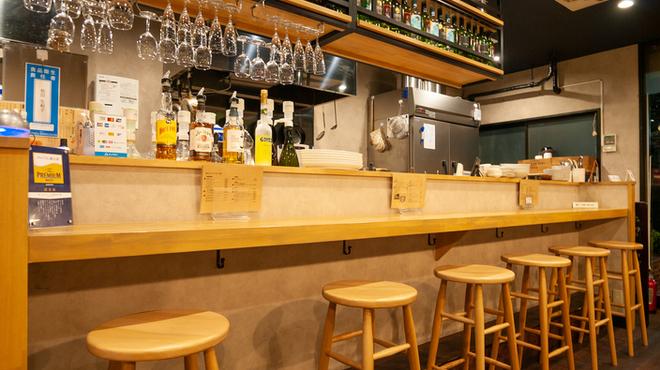 肉バル×アヒージョ Trim - 内観写真:木の温もりのある、こだわりのある椅子でカウンターのお食事をお楽しみいただけます