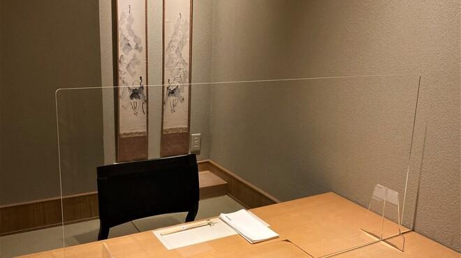 臼杵ふぐ 山田屋 - 内観写真:個室にはアクリル板を設置し飛沫感染防止