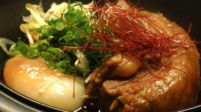三喰撰酒 三重人 - 料理写真:三重県産黒豚のとろとろの角煮!温泉卵添え!箸で切れちゃうやらかさです。