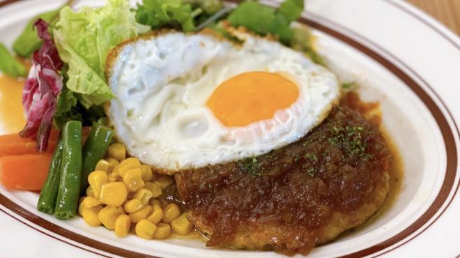 ワインノルイスケ - 料理写真:チキンハンバーグ 目玉焼き付き