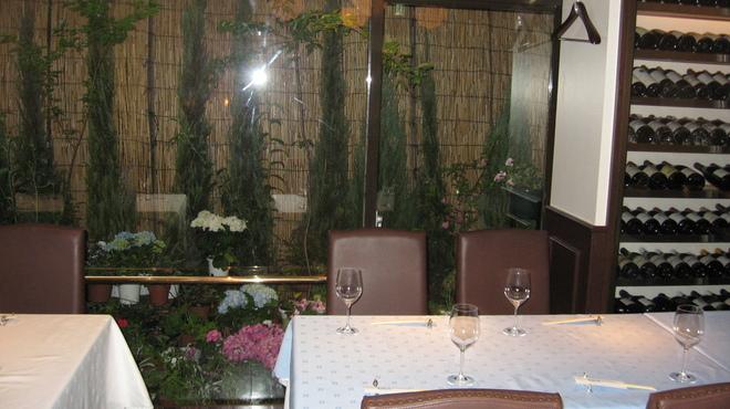 レストラン ロダン - 内観写真:ベランダ側のお席からは、ライトアップされた色とりどりのお花が見られます。