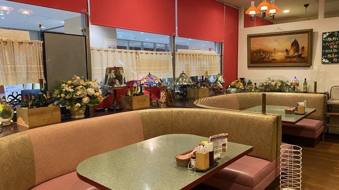二葉會館 サンセール - 内観写真:人気のソファ席。4-5名までお座りになれます。皆さんで楽しく食卓を囲んで。