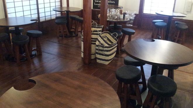イザヴィーノ - 内観写真:奥のテーブル 30名様から貸切できますよ♪