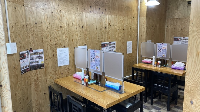 麺バル RIKI - 内観写真:テーブル席