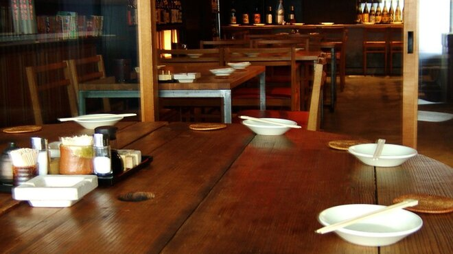 燻製と地ビール 和知 - 内観写真:酒蔵の酒蓋から造ったテーブル等、木工作家手作りの椅子とテーブルが穏やかな雰囲気を作り出す店内