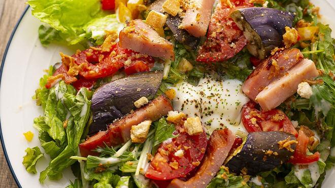 お肉と私の酒場 ハセガワ - 料理写真:とろ〜りたまごのベーコンとなすのシーザーサラダ