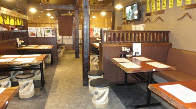 鍛冶屋 文蔵 - 内観写真:明るく清潔感がある店内 総席数116席