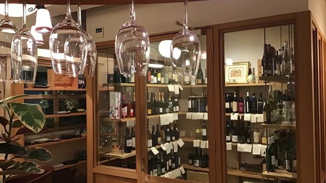 モトマチ ティモ - ドリンク写真:左から国産、中央はイタリア、右は他国のワイン。