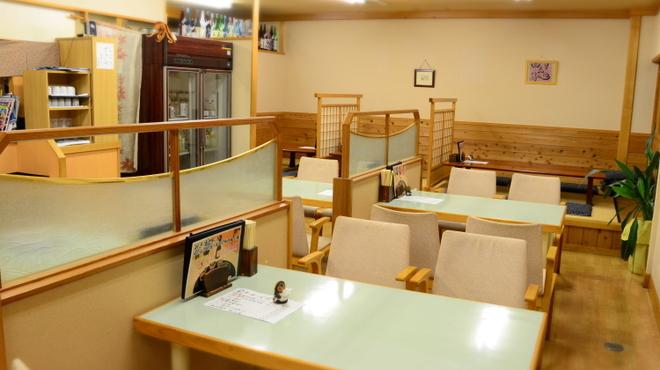 海つばめ - 内観写真:テーブル席 4名様テーブル×4 (繋げて8名様可)
