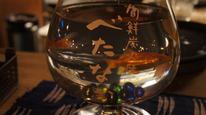 魚じょんがら べたなぎ - 内観写真:新鮮な魚を象徴する元気に泳ぐ金魚
