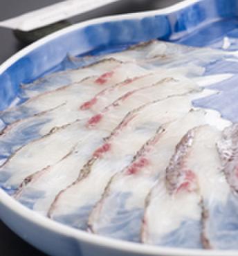 いちくら - 料理写真:鯛を薄めに切り、それを出汁に「しゃぶしゃぶ」して表面を白くして食べる鍋料理!
