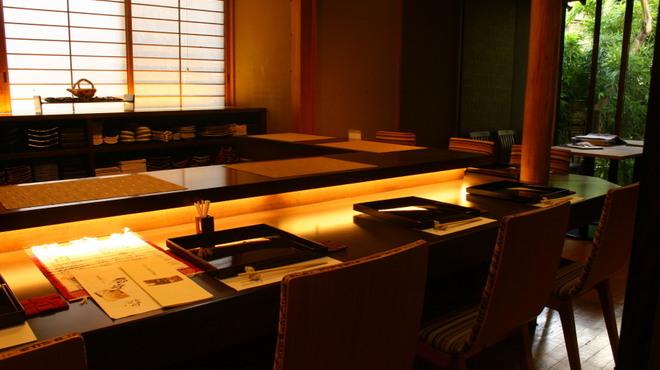 神楽坂 和らく - 内観写真:リニューアルしたカウンターでお薦めの料理とお酒を