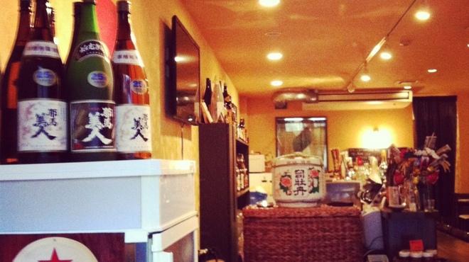大分の鳥料理とお酒 如水 - 内観写真:開放的な店内