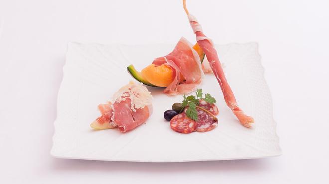 RISTORANTE REGA - 料理写真:24ヶ月熟成パルマ産生ハムとサラミの盛り合わせ