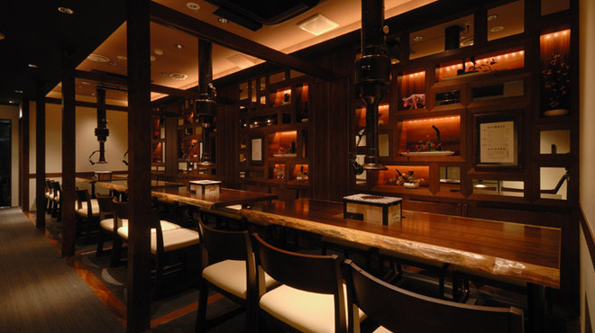 焼肉萬野ホルモン舗 - 内観写真:3階のテーブル席は、間仕切りを外せば24名様までご利用いただけます。4名様以上で、宴会コースもございます。お早目にご予約ください。