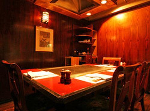 ステーキハウス ハマ - 内観写真:個室もご用意致しました。最大6名様まで。