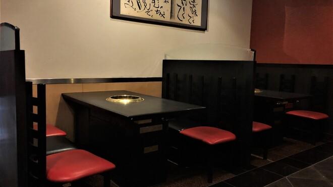 かね竹 - 内観写真:4人掛けのテーブル席も背面にパーテーションがございます!