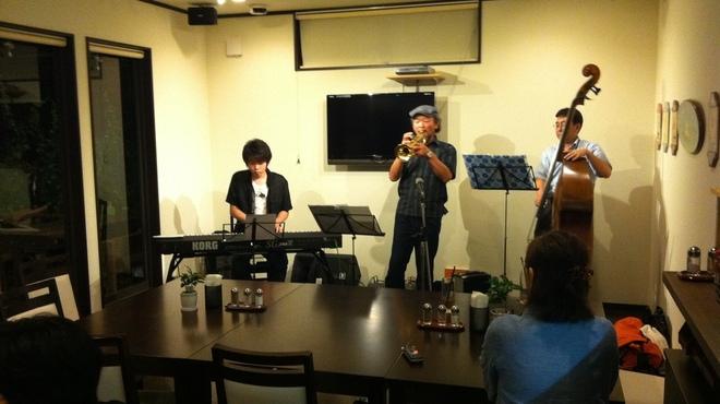 てぃーだ - 内観写真:地元板倉町のジャズミュージシャンの生演奏。